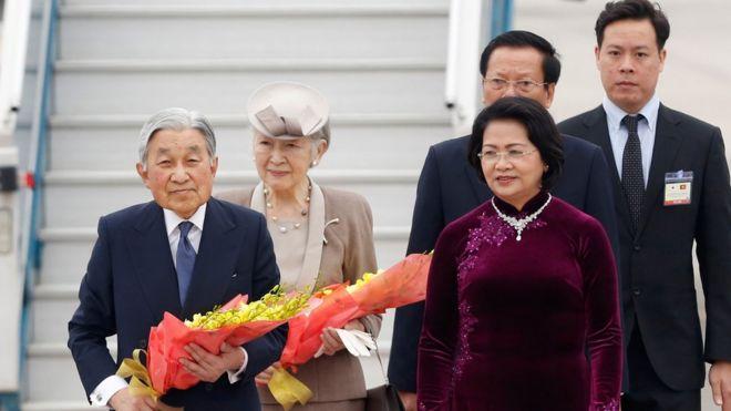 Phó Chủ tịch nước Đặng Thị Ngọc Thịnh đã ra đón tiếp Nhật hoàng và Hoàng hậu Nhật Bản tại sân bay Nội Bài