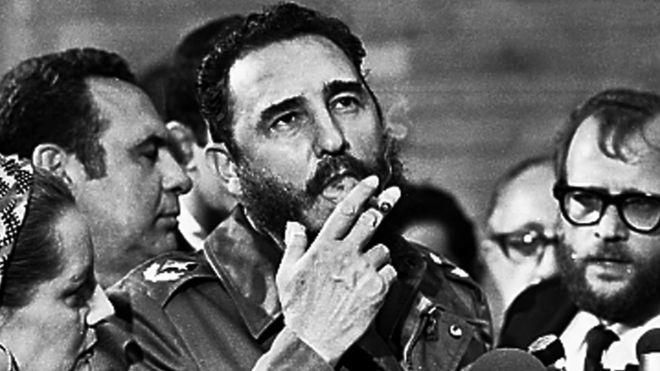 Fidel Castro fuma charuto durante entrevista à imprensa em Havana, 1975