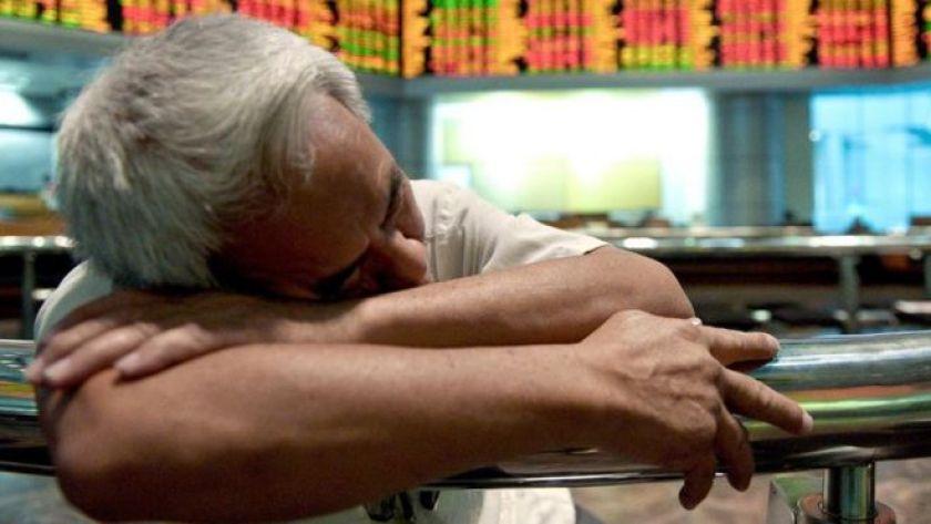 Orta yaşlı işçi masada uyuyor