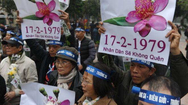Những người biểu tình chống Trung Quốc mang theo biểu ngữ tham gia các cuộc tuần hành quanh Hồ Hoàn Kiếm, Hà Nội, không chính thức đánh dấu kỷ niệm lần thứ 37 cuộc chiến tranh biên giới đẫm máu với Trung Quốc ngày 17/2/1979.