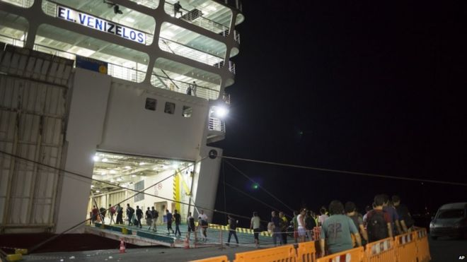 Syrian refugees begin boarding the Greek ship - 16 August