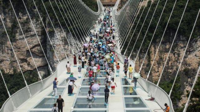 """El puente con fondo de cristal """"más alto y largo del mundo"""" ha abierto a los visitantes en el centro de China."""