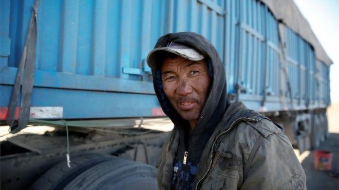 Camionero con carbón en su cara.