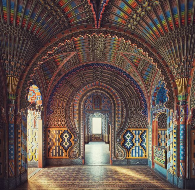 Habitación con decoración morisca en un castillo de la Toscana, en Italia.