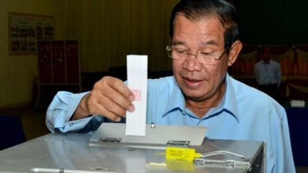 Hun Sen posting his vote in Kandal polling station