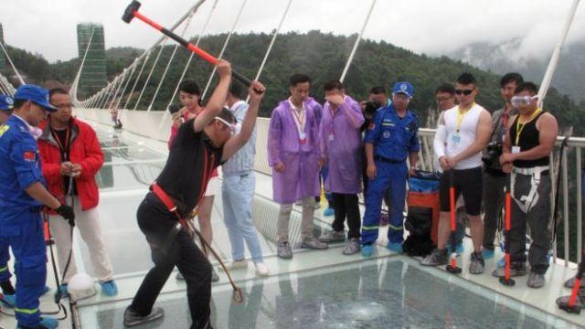 Antes de su inauguración, y respondiendo a dudas sobre su seguridad, las autoridades chinas realizaron varias demostraciones para demostrar la solidez de la obra de ingeniería civil.