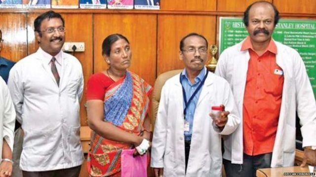 Foto cortesía del diario Deccan Chronicle. El equipo médico, junto a Selvi, tras la extracción del insecto, que muestran en una caja.