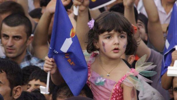 """أرشيف، طفلة عراقية ضمن مسيرات التأييد لقائمة حركة """" كوران: التغيير في مدينة السليمانية في 22 يوليو /تموز 2009"""