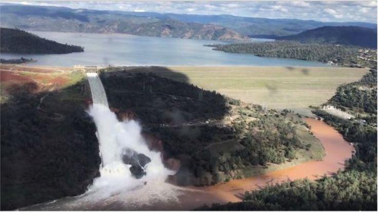 Nước tràn bờ của đập tràn tại Đập Oroville ở California, ngày 11/2/2017