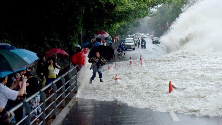 Sóng to đánh vào bờ sông Tiền Đường ở Hàng Châu
