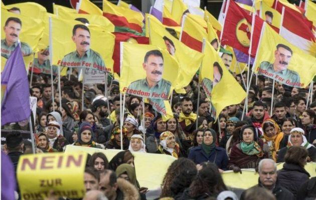 Mudaharaadayaasha oo sita calamo uu ku sawiranyahay hogaamiyaha xidhan PKK Abdullah Ocalan