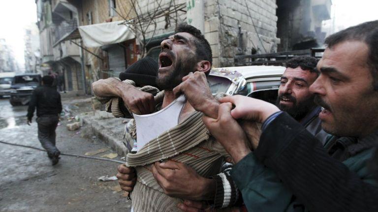 Pai reage à morte de seus filhos em ataque aéreo em Aleppo