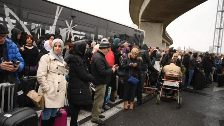 Travellers evacuated from Orly airport (18 March 2016)