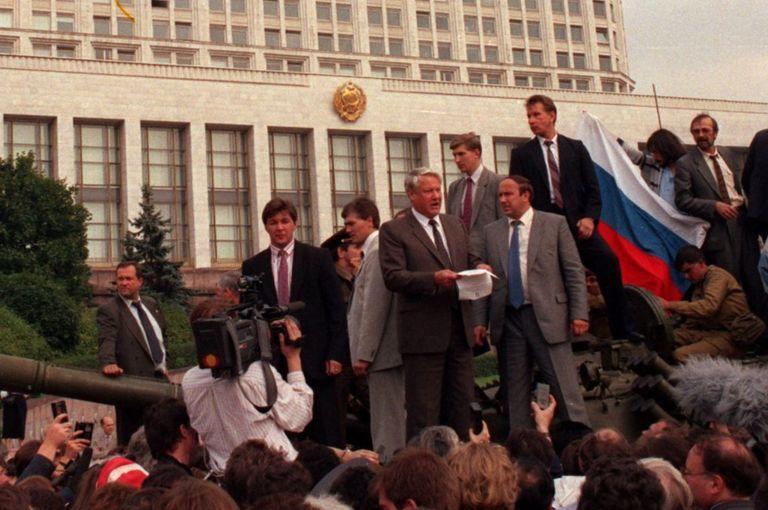 Tháng Tám 1991: Boris Yeltsin dẫn đầu đoàn người phản đối phe bảo thủ Liên Xô làm đảo chính