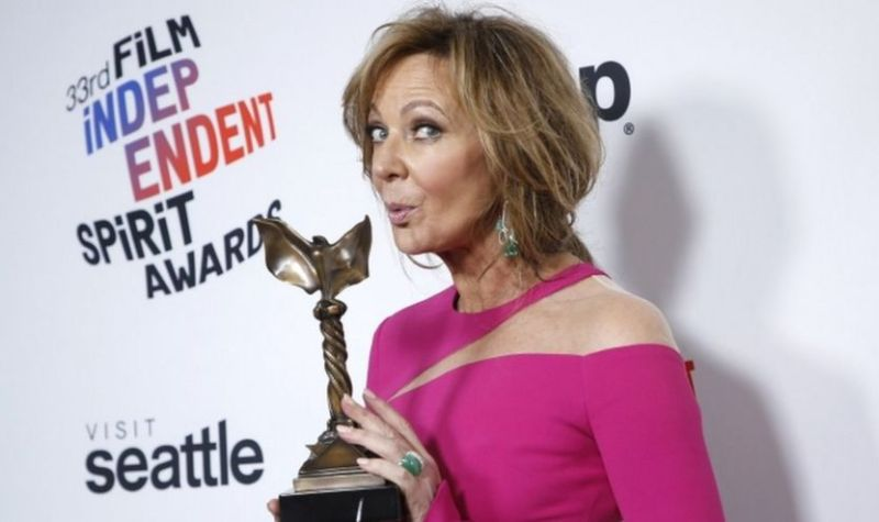 """Allison Janney poses backstage with her Best Supporting Female award for """"I, Tonya."""""""