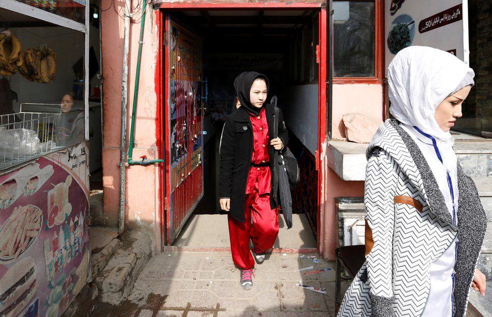 Las espadas fueron importadas desde Irán y los uniformes producidos por un sastre en Kabul.