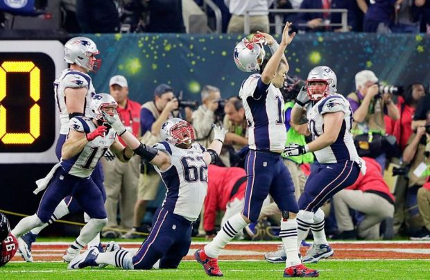 Los jugadores de los Patriots celebran al final del partido