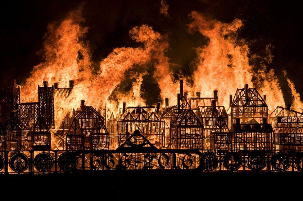 Ein 120 Meter langes Modell des Londoner 17. Jahrhundert Skyline verbrennt 350 Jahre seit der Großen Feuer zu markieren