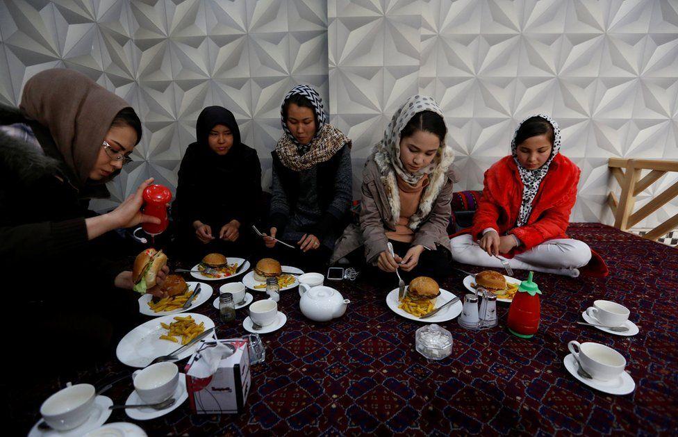 Además de entrenar, el grupo de mujeres hazara disfrutan de momentos juntas por fuera de los entrenamientos.