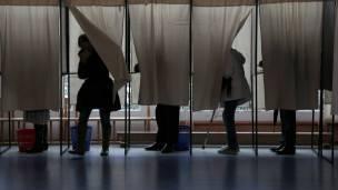 Gente votando durante elecciones locales en Francia.