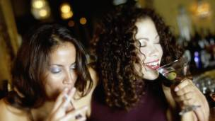 Mujeres fumando y consumiendo alcohol