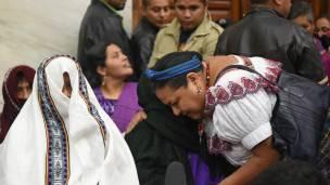 Rigoberta Menchu abraza a una de las víctimas