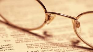 Una imagen de unas gafas sobre un diccionario
