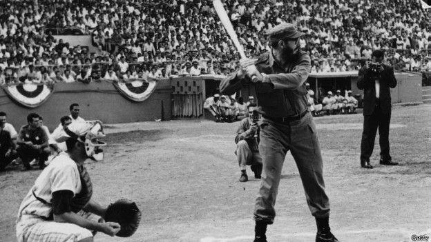 Fidel Castro jugando beisbol en una foto de los años 60