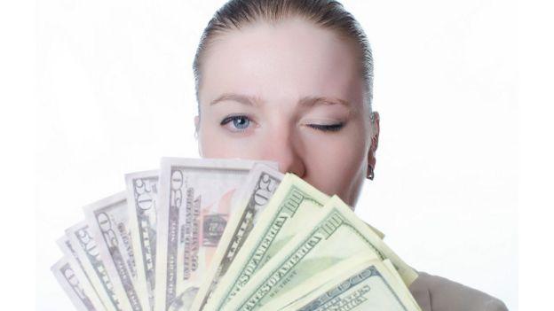 Una persona con un fajo de billetes