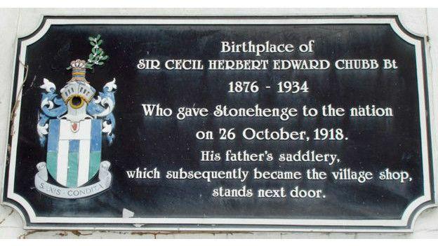 Placa conmemorativa y escudo en la casa donde vivió Sir cecil