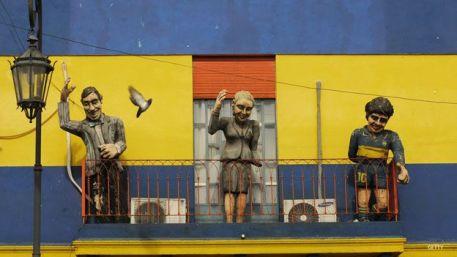 Perón y Evita, junto a Maradona en un balcón del barrio de la Boca