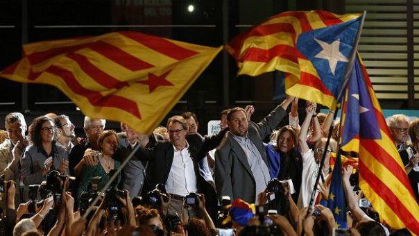 Los parlamentarios independentistas catalanes celebran la votación.