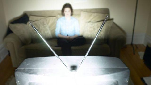 Una persona insome mirando la televisión