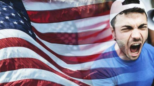 La bandera de EE.UU. y un hombre gritando