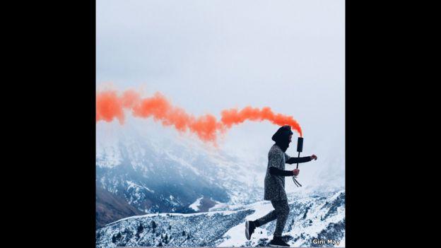 Persona con nube de humo anaranjado