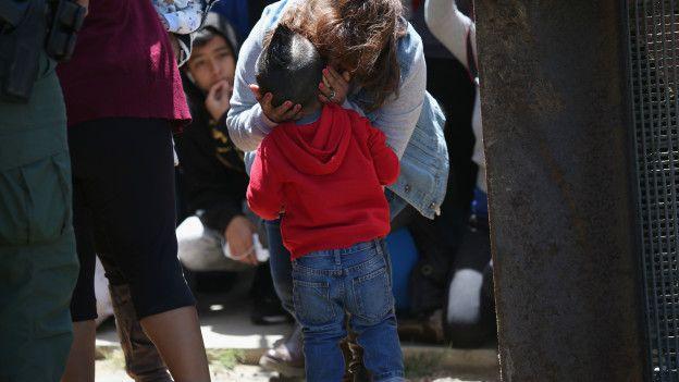María del Carmen con su nieto