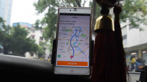 Un taxista con la aplicación en su teléfono