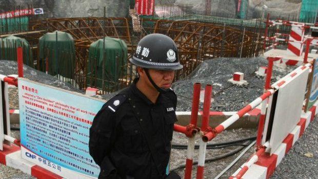 Un guardia ante las obras de una central nuclear