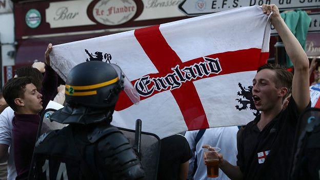 Английские футбольные фанаты в Лилле