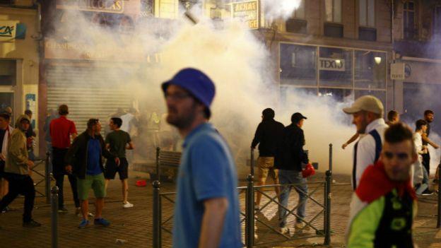Cảnh sát Pháp dùng hơi cay để giải tỏa đám đông cổ động viên