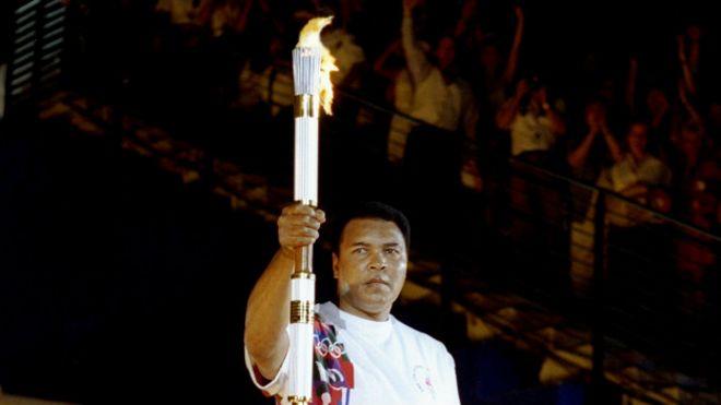 Mohamed Alí con la antorcha olímpica