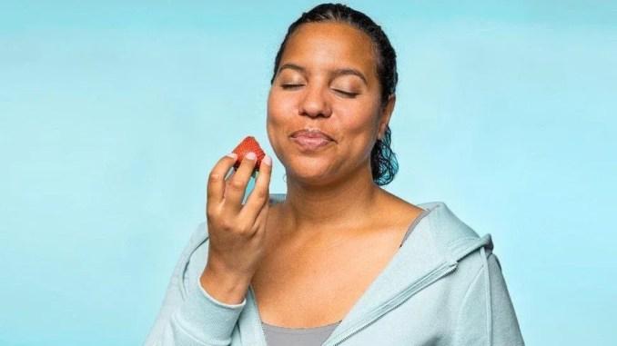 çilek yiyen kadın