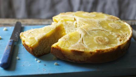Rum-flavoured pineapple upside-down cake