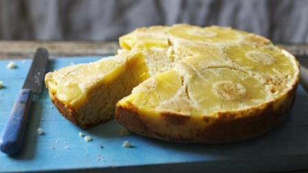Rum-flavoured pineapple upside-down cake
