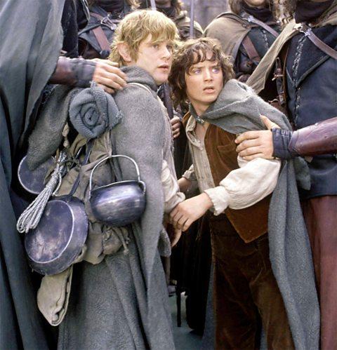 Sam Gamgee (à esquerda), o batman de Frodo, com o equipamento de cozinha preso à mochila.