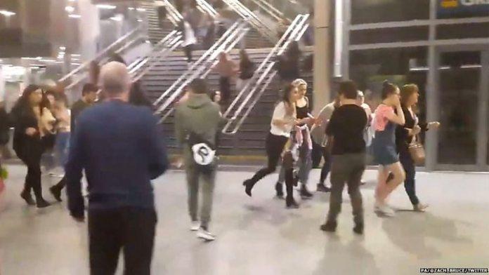 """Destrozada"""": la cantante Ariana Grande suspende su gira tras el ..."""