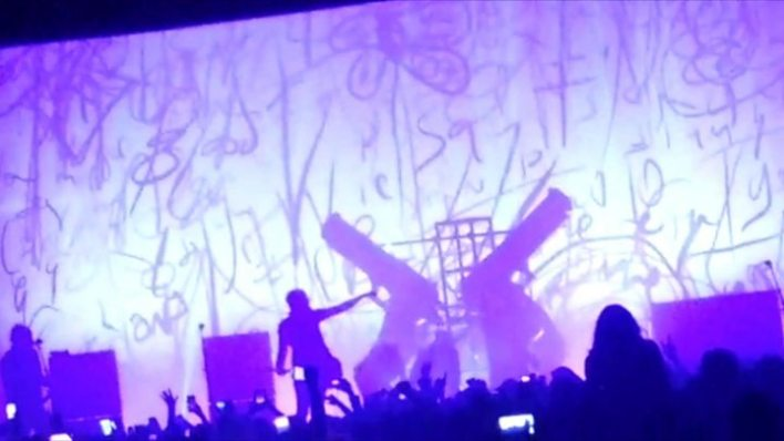 p05hqyjb - Marilyn Manson crushed by stage scenery in New York