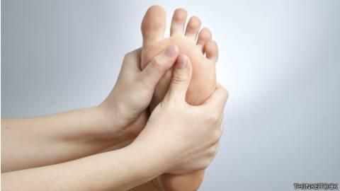 calambres en la parte superior del pie por la noche