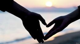 Dos manos a punto de tocarse