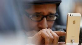 Un hombre mirando un iPhone